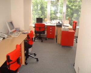 最初のオフィス-赤坂小学校の正面